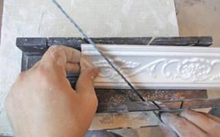 Как сделать плинтус на потолок: способы, советы