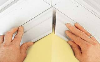 Как правильно сделать угол потолочного плинтуса с помощью стусла и подручных средств