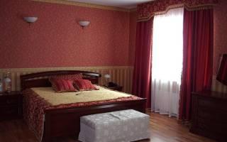 Использование бордовых обоев в интерьере спальни