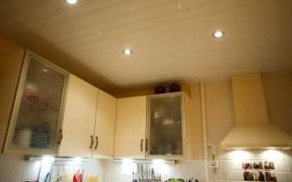 Отделка потолка на кухне панелями из пластика — быстро и качественно