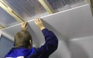 Особенности отделки потолка панелями пвх своими руками