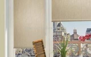 Выбор рулонной шторы на балконную дверь